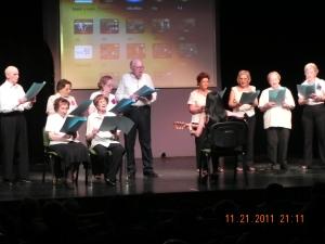 Cantando en el 6º Am Israel Jai