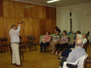 Rabino Julián tocando el shofar