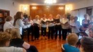 08- Para finalizar el evento, el Coro nos hizo cantar a todos